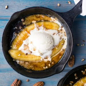 New Orleans-inspired Bananas Foster recipe. Scrumptious date night dessert with caramel sauce, bananas, pecans, and vanilla ice cream. #bananasfoster #flambe #neworleans #fattuesday #mardigras #alamode #warmdessert