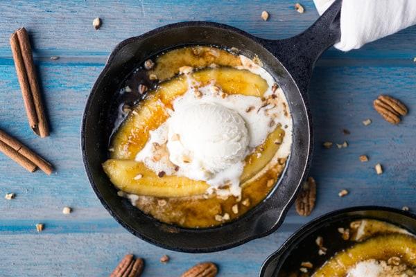 New Orleans-inspired Bananas Foster recipe. Scrumptious date night dessert with caramel sauce, bananas, pecans, and vanilla ice cream. #bananasfoster #flambe #neworleans #fattuesday #mardigras #alamode #warmdessert