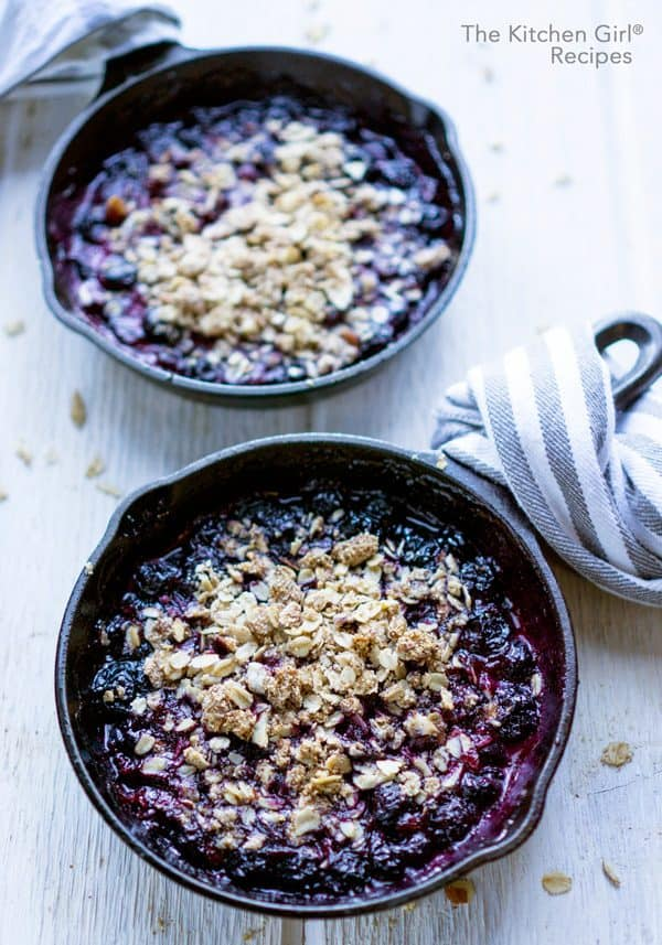 Secretly healthy vegan blueberry crisp recipe made with fresh or frozen blueberries and a crisp, oat and almond topping #blueberrycrisp #blueberries #summer #fruitcrisp #berrycrisp #glutenfree #vegan #almondmeal