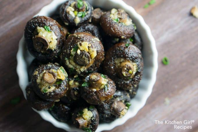 The secret to juicy mushrooms isn't more oil, it's Garlicky Oven Roasted Mushrooms! #whole30 #glutenfree #vegetarian #vegan #paleo #lowcarb #keto #mushrooms