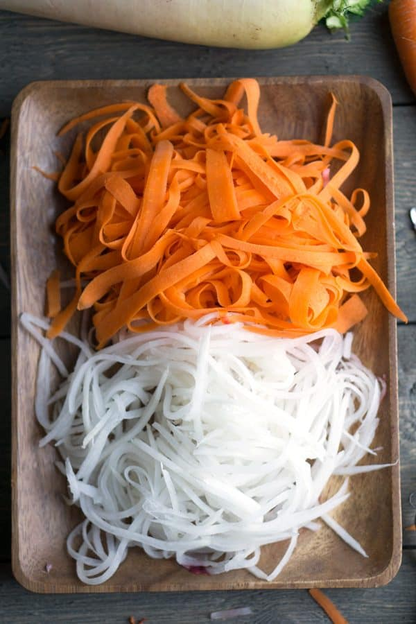 Easy Pickled Carrots and Daikon (Do Chua) Vietnamese banh mi topping #vegan #glutenfree #dochua #carrots #daikon #banhmi #asiansalad