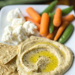 Skinny Hummus Zero Tahini: 10-minute, no-tahini, creamy, blender hummus with less calories/fat than traditional hummus. GF and vegan. thekitchengirl.com